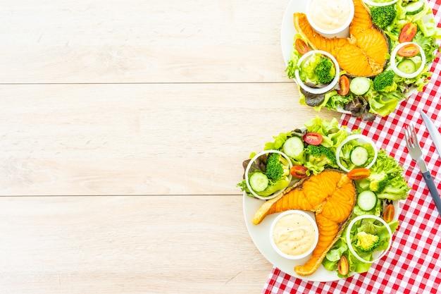 新鮮な野菜のグリルサーモンミートステーキ 無料写真