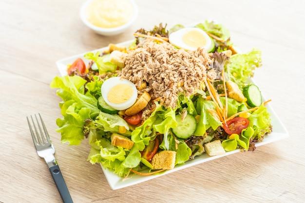 Мясо тунца и яйца с салатом из свежих овощей Бесплатные Фотографии