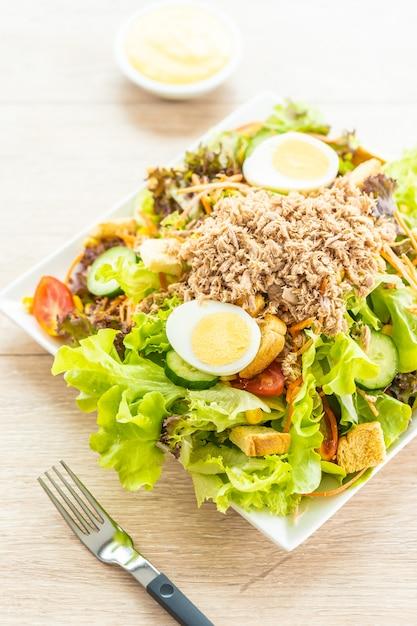 マグロの肉と卵の新鮮野菜のサラダ 無料写真