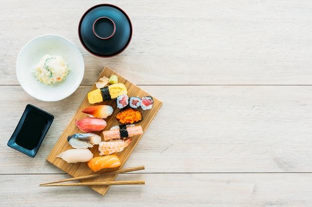 サーモンマグロのえびとその他の肉巻き寿司 無料写真