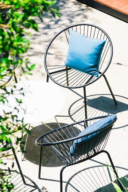 Патио с подушкой на стуле и набором столов Бесплатные Фотографии