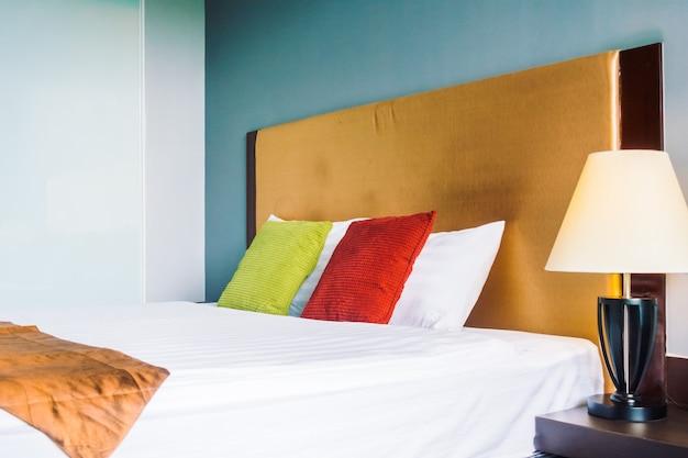Комфортная подушка на кровать, украшение интерьера Бесплатные Фотографии