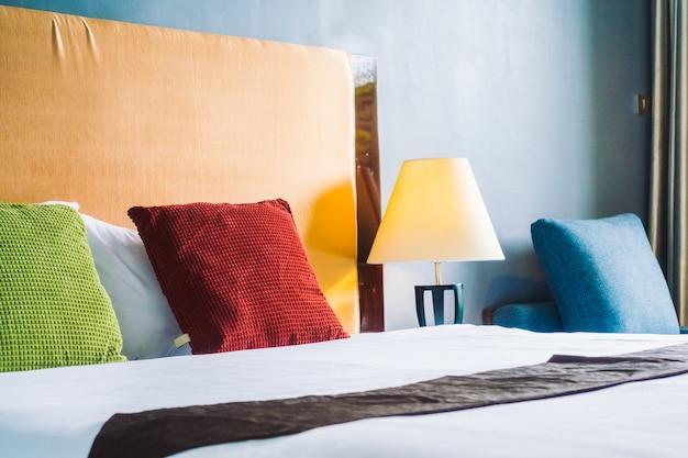 ベッド装飾インテリアの枕 無料写真