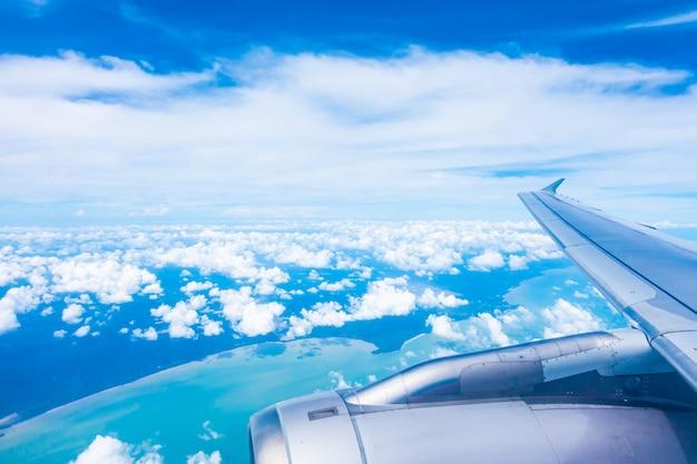 青い空と飛行機の翼の空撮 無料写真