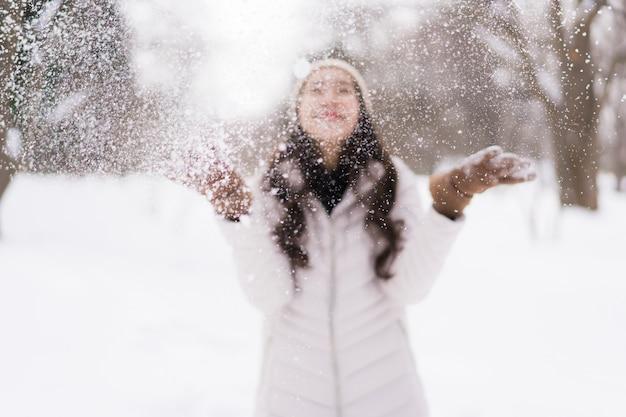 Красивый молодой азиатский усмехаться женщины счастливый для перемещения в сезоне зимы снега Бесплатные Фотографии