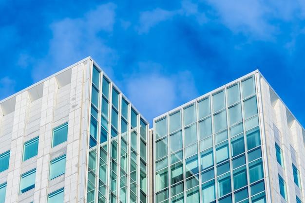 ガラス窓の形をした美しい建築事務所ビル 無料写真