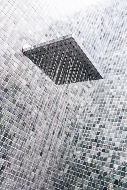 水滴付きヘッドシャワー 無料写真