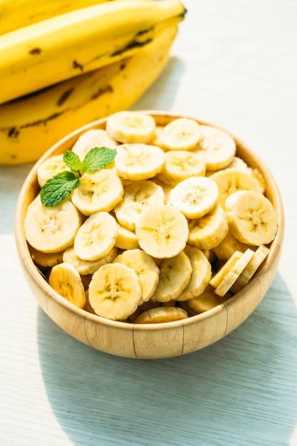 Сырые желтые ломтики банана в деревянной миске Бесплатные Фотографии