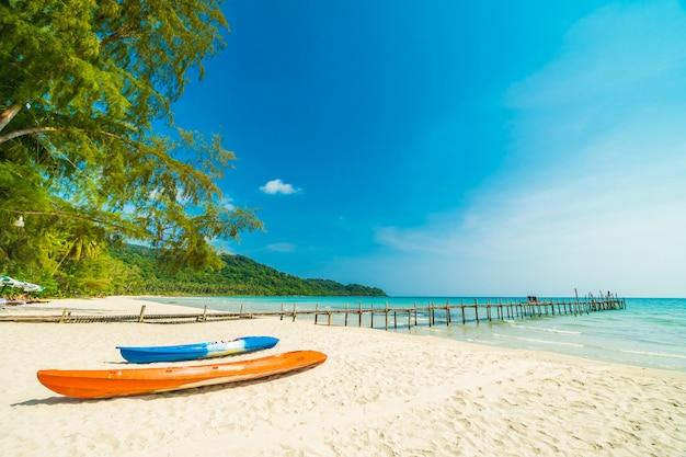 Красивая природа тропический пляж и море Бесплатные Фотографии