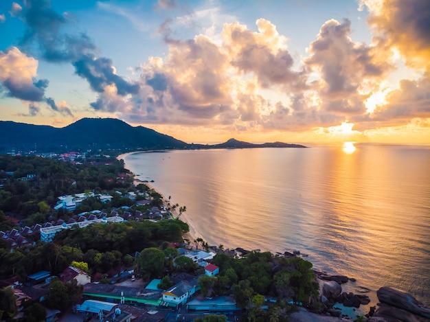 Красивый вид с воздуха на пляж и море или океан Бесплатные Фотографии