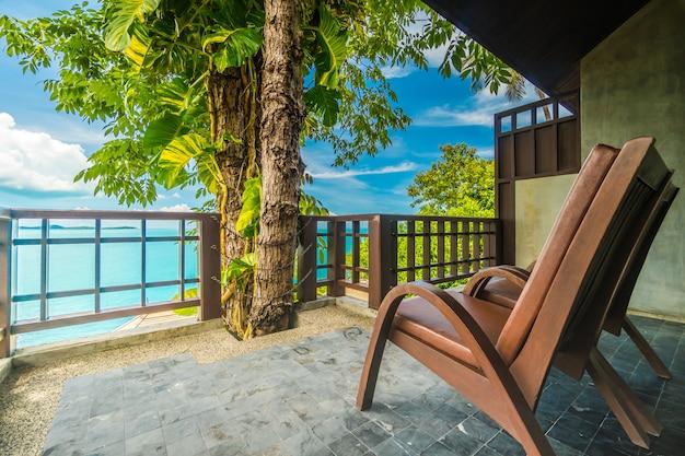 海と海の景色を囲む椅子付きのパティオまたはバルコニー 無料写真