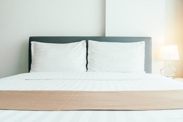 ベッドの上の快適な枕 無料写真