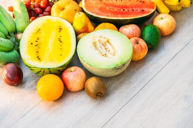 Смешанные фрукты с яблоком, бананом, апельсином и другими Бесплатные Фотографии