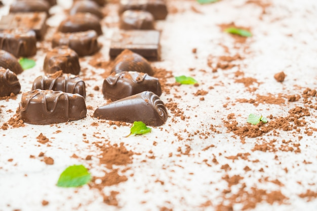 ダークチョコレートの甘いデザート 無料写真