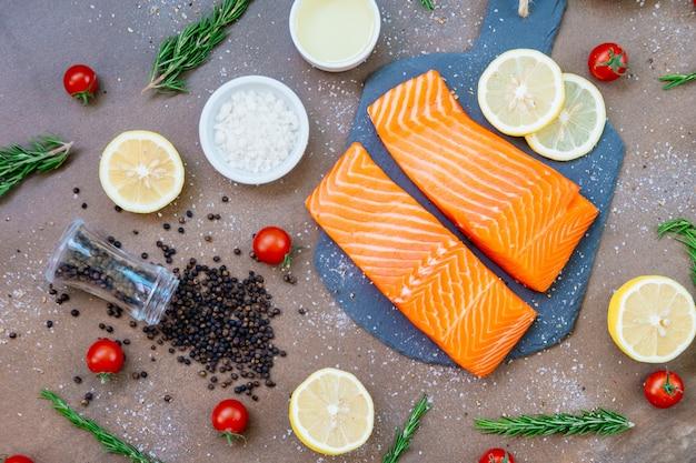 Сырое и свежее филе лосося на сланце из черного камня Бесплатные Фотографии