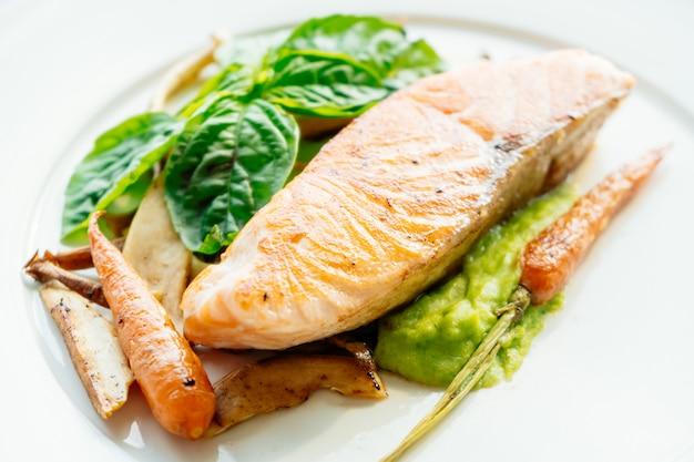 焼き鮭肉の切り身ステーキ 無料写真
