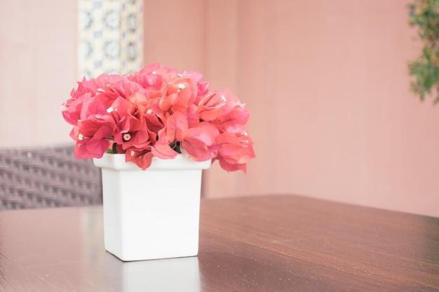 花瓶にブーゲンビリアの花 無料写真