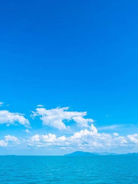 美しい海と白い雲と青い空に海 無料写真