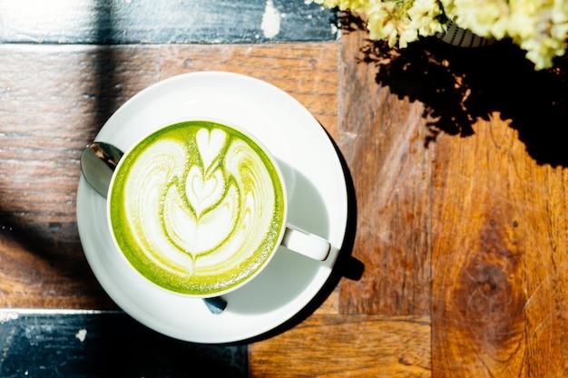 白いカップに緑茶抹茶ラテ 無料写真