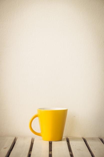 テーブルの上の黄色のコーヒーカップ 無料写真