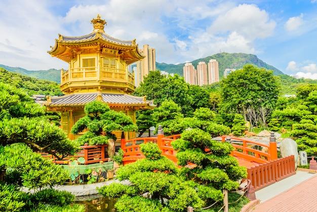 香港の公園でのゴールドチャイニーズパビリオン 無料写真