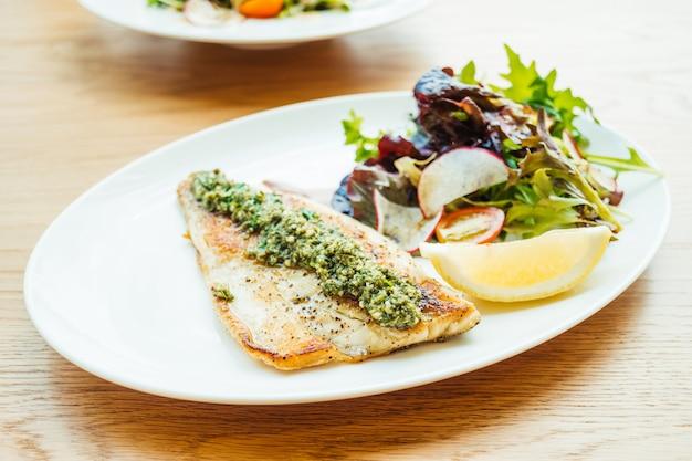 野菜とグリルした海底魚肉ステーキ 無料写真