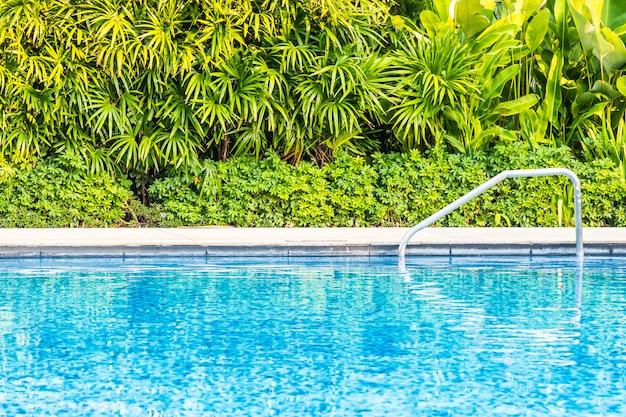 旅行や休暇のためのリゾートのベッドデッキチェアと傘の美しい屋外スイミングプール 無料写真