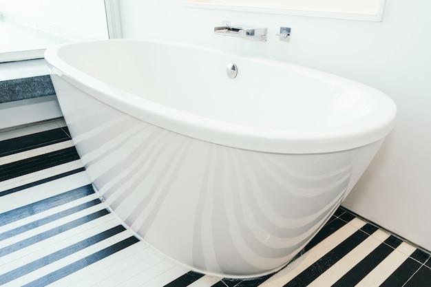 バスルームの美しい豪華な白いバスタブ装飾インテリア 無料写真
