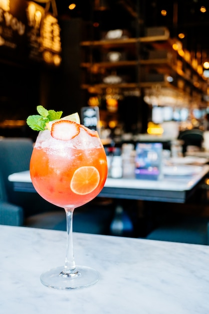 ガラスを飲むストロベリーパッションフルーツカクテル 無料写真