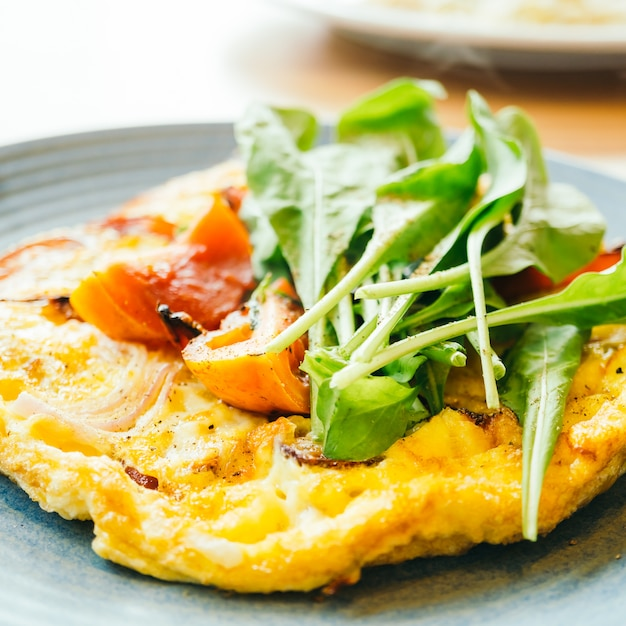 白いプレートの揚げ卵オムレツ 無料写真