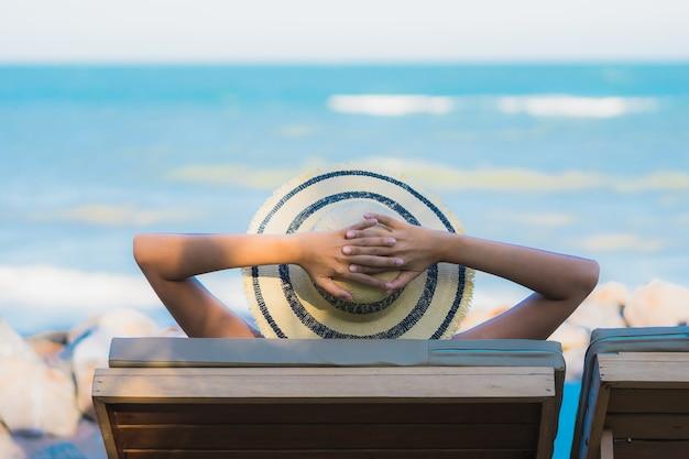 肖像画美しい若いアジア女性の幸せな笑顔がニアリービーチと海の周りリラックス 無料写真