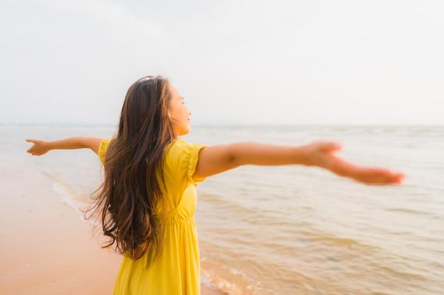 肖像画美しい若いアジア女性笑顔とビーチと海の海の上を歩くリラックス 無料写真