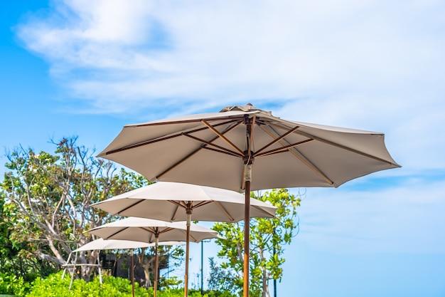傘と青い空と白い雲と海の海のビーチの椅子 無料写真