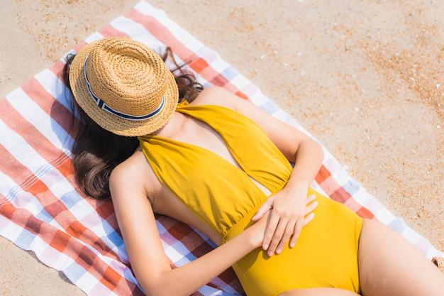 肖像画美しい若いアジア女性笑顔ビーチと海で幸せ 無料写真