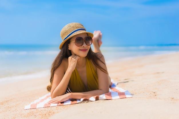 Улыбка женщины портрета красивая молодая азиатская счастливая на пляже и море Бесплатные Фотографии