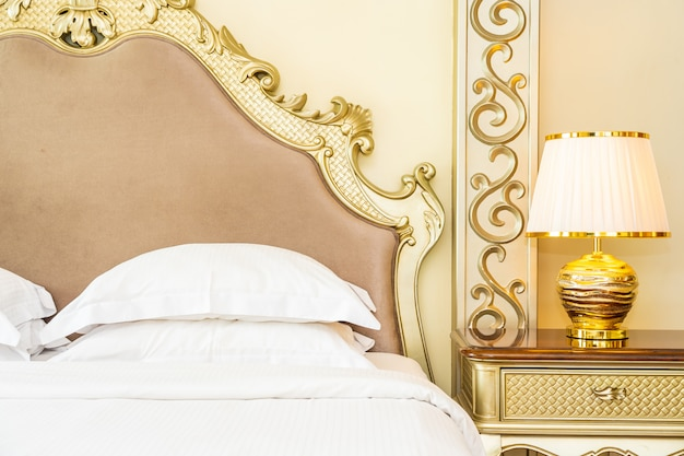 Красивая роскошная удобная белая подушка на кровати в спальне Бесплатные Фотографии