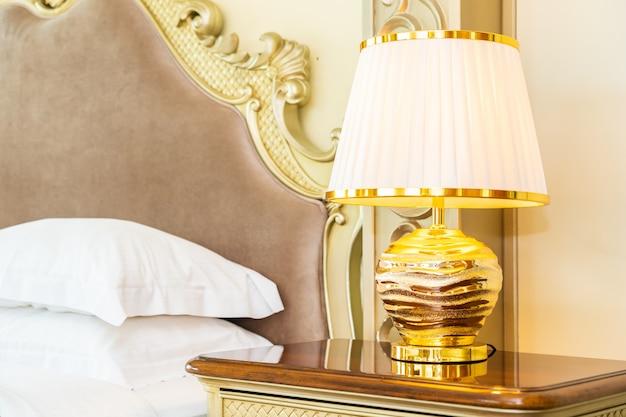 寝室のベッドの装飾の上の美しい豪華な快適な白い枕 無料写真