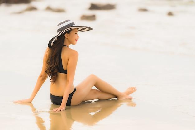 Бикини носки женщины портрета красивое молодое азиатское на океане моря пляжа Бесплатные Фотографии
