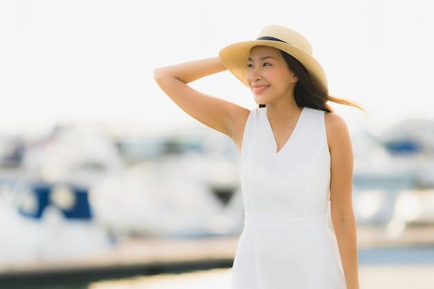 肖像画美しい若いアジア女性レジャー笑顔幸せヨット港周辺リラックス 無料写真