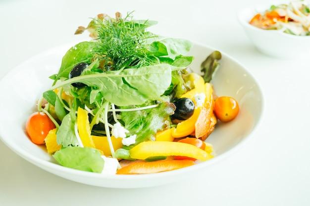 スモークアヒルの胸肉と野菜サラダ 無料写真
