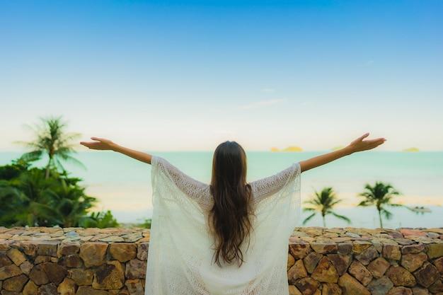 海ビーチ海を探している肖像画美しい若いアジア女性の休暇休暇旅行でリラックス 無料写真