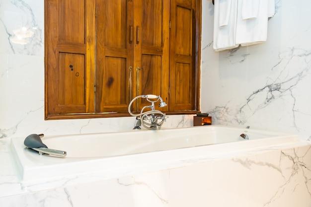 Красивое украшение интерьера ванной комнаты с белой роскошной ванной для принятия ванны Бесплатные Фотографии