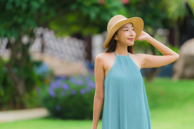 美しい肖像若いアジアの女性の幸せな笑顔は、庭で散歩とリラックスします。 無料写真