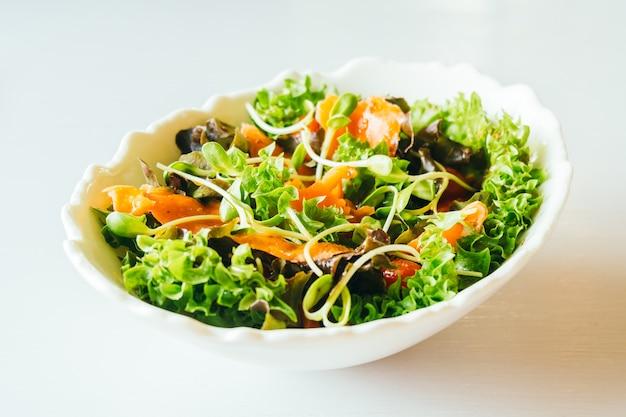 Копченый лосось с овощным салатом Бесплатные Фотографии