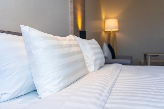 ベッド装飾インテリアに白い快適な枕 無料写真