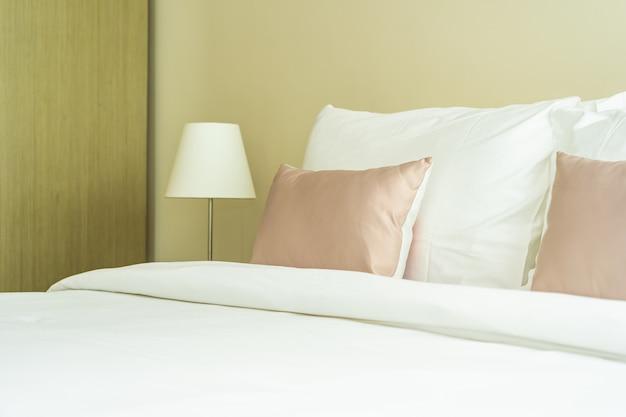 Белая удобная подушка на кровать, украшение интерьера Бесплатные Фотографии
