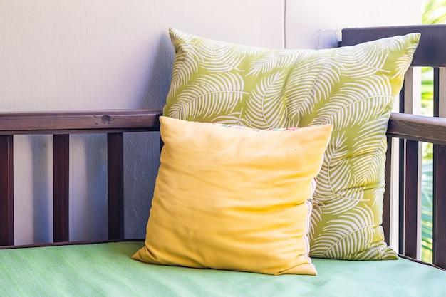 Удобная подушка на диван, украшение стула на улице Бесплатные Фотографии