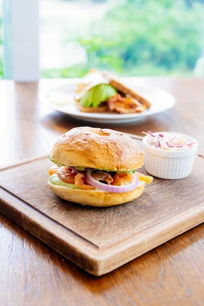 スモークサーモンの肉と野菜のベーグルパン 無料写真