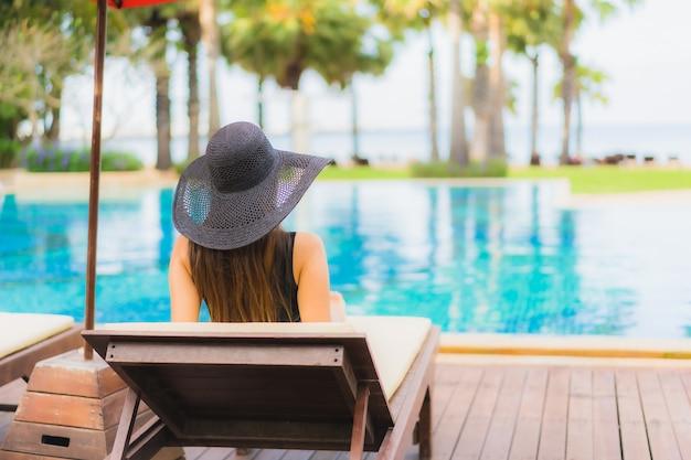 Женщина портрета красивая молодая азиатская вокруг бассейна Бесплатные Фотографии