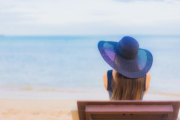 Женщина портрета красивая молодая азиатская вокруг океана пляжа моря Бесплатные Фотографии